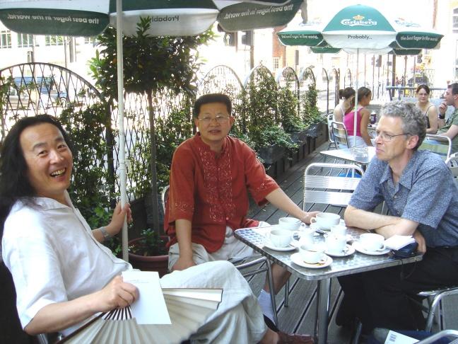 Figure 37 Avec le calligraphe Zeng Laide et le poète Yang Lian, Londres, 2005